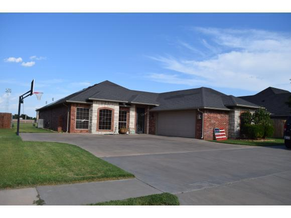 3216 Fairway, Weatherford, OK 73096 (MLS #285560A) :: UB Home Team
