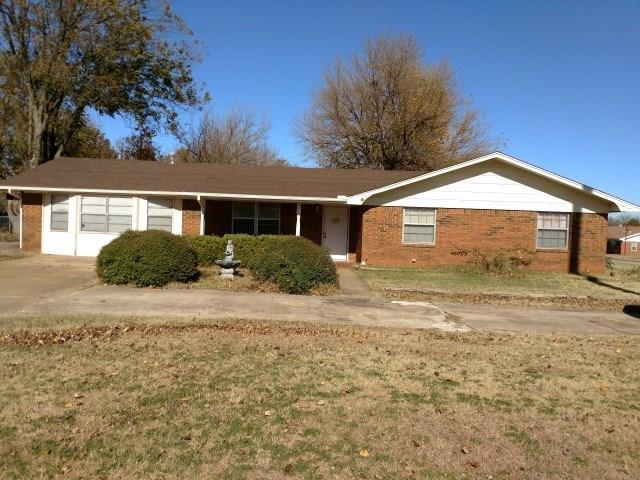702 W Country Club, Chickasha, OK 73018 (MLS #798896) :: Wyatt Poindexter Group