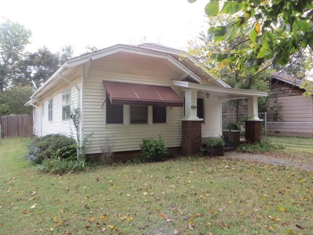 1723 S 15th Street, Chickasha, OK 73018 (MLS #814008) :: Wyatt Poindexter Group