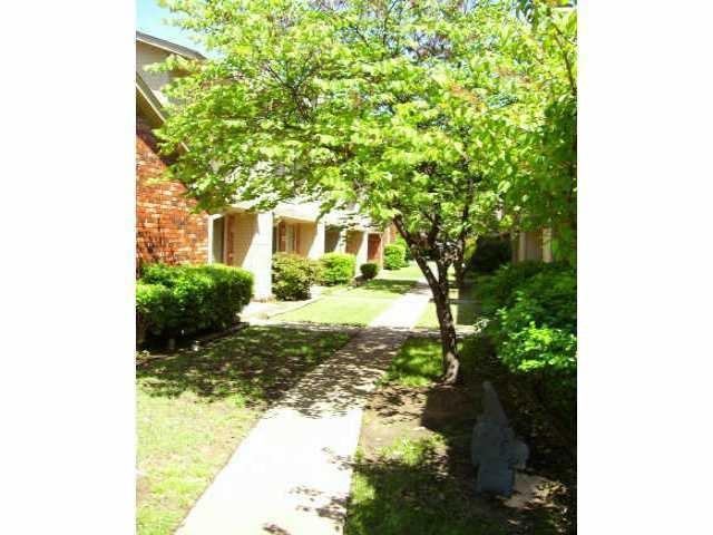1221 Sequoyah F, Edmond, OK 73003 (MLS #814571) :: Homestead & Co