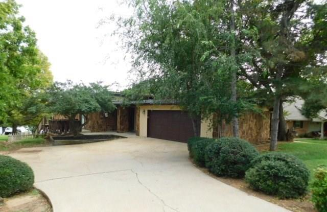 6312 Commodore Lane, Oklahoma City, OK 73162 (MLS #839340) :: Keller Williams Mulinix OKC