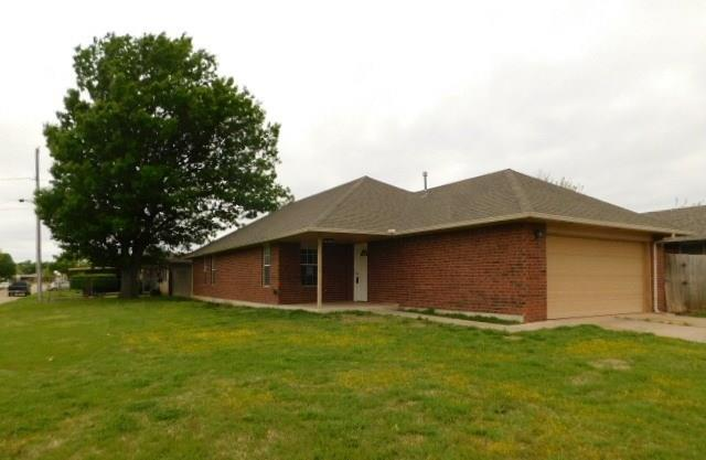 901 NW 6th Street, Moore, OK 73160 (MLS #863640) :: Homestead & Co