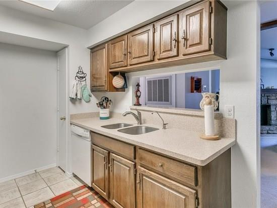 14315 N Pennsylvania #13H Avenue, Oklahoma City, OK 73134 (MLS #874571) :: Erhardt Group at Keller Williams Mulinix OKC