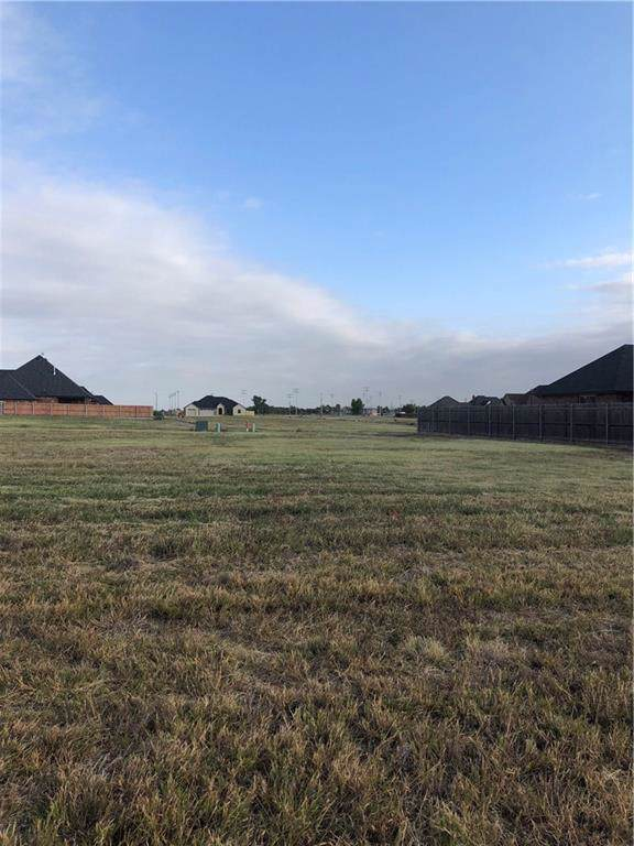 2105 Clubhouse Drive, Weatherford, OK 73096 (MLS #886305) :: Homestead & Co