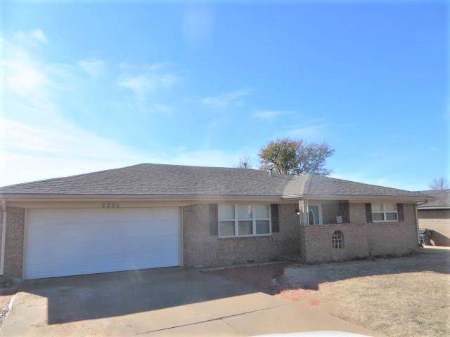 2225 W Country Club Road, Chickasha, OK 73018 (MLS #892547) :: Homestead & Co