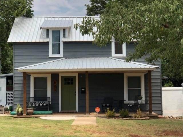 601 E South Street, Cordell, OK 73632 (MLS #899466) :: Homestead & Co