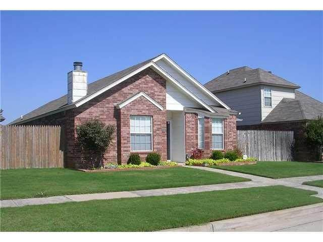 1201 SW 23rd Street, Moore, OK 73170 (MLS #956681) :: Homestead & Co