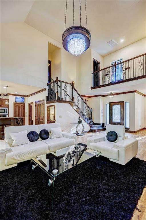 2617 Crestwood Drive, Edmond, OK 73049 (MLS #927772) :: Homestead & Co