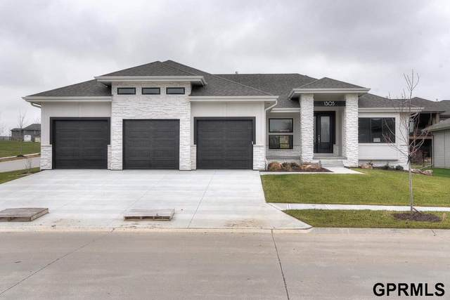10207 S 98th Street, Papillion, NE 68046 (MLS #22110459) :: kwELITE