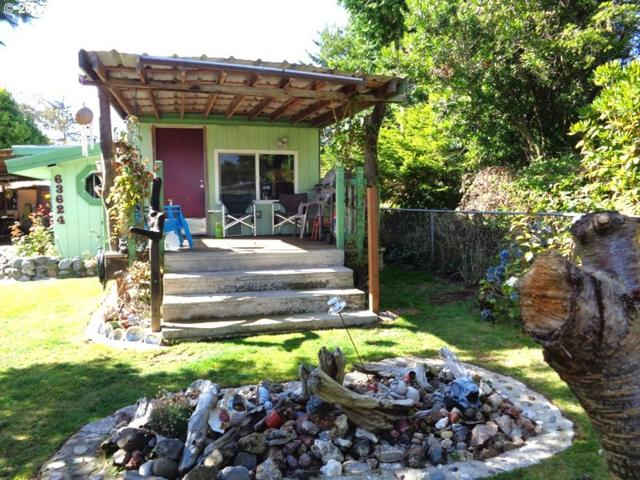 63624 N Spring Rd, Coos Bay, OR 97420 (MLS #17023625) :: Hatch Homes Group