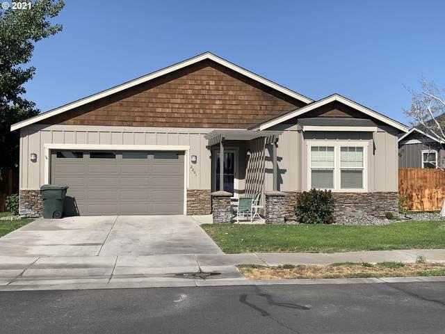 2201 NW Overlook Dr, Hermiston, OR 97838 (MLS #21007135) :: McKillion Real Estate Group