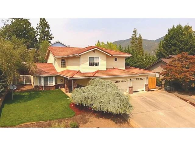 1018 NW Regent Dr, Grants Pass, OR 97526 (MLS #21112188) :: The Liu Group