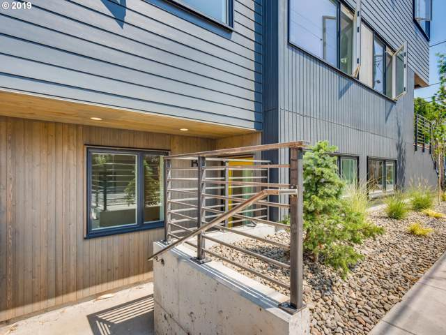 2585 SE 14TH Ave, Portland, OR 97202 (MLS #19218375) :: Change Realty
