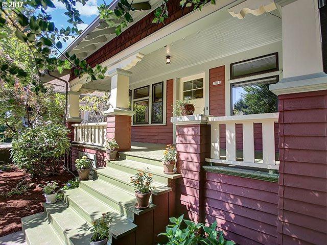2811 SE Cesar E Chavez Blvd, Portland, OR 97202 (MLS #17146514) :: Hatch Homes Group