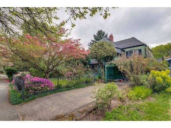 7828 SE 35TH Ave, Portland, OR 97202 (MLS #17160717) :: Team Zebrowski