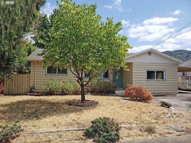 663 W Kenwood St, Roseburg, OR 97471 (MLS #18420792) :: Song Real Estate