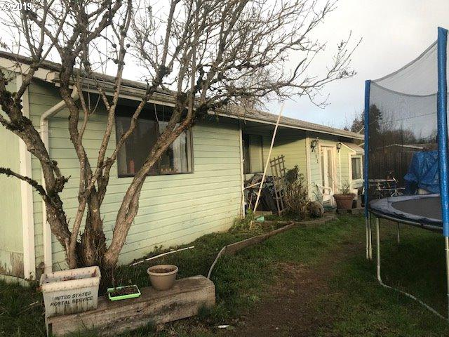 4962 D St, Springfield, OR 97478 (MLS #19614619) :: Song Real Estate