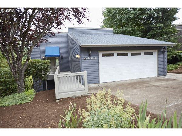 6424 SW 33RD Pl, Portland, OR 97239 (MLS #17182217) :: Hatch Homes Group