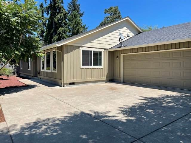 720 S 2ND St, Cottage Grove, OR 97424 (MLS #21020497) :: Holdhusen Real Estate Group