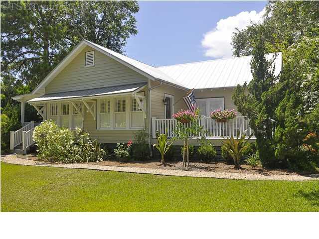 64 15TH ST, APALACHICOLA, FL 32320 (MLS #300901) :: Berkshire Hathaway HomeServices Beach Properties of Florida