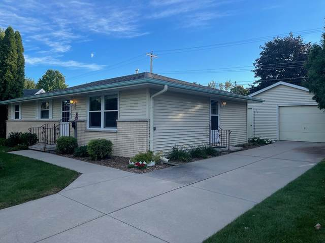 1747 Chateau Drive, Green Bay, WI 54304 (#50248543) :: Todd Wiese Homeselling System, Inc.