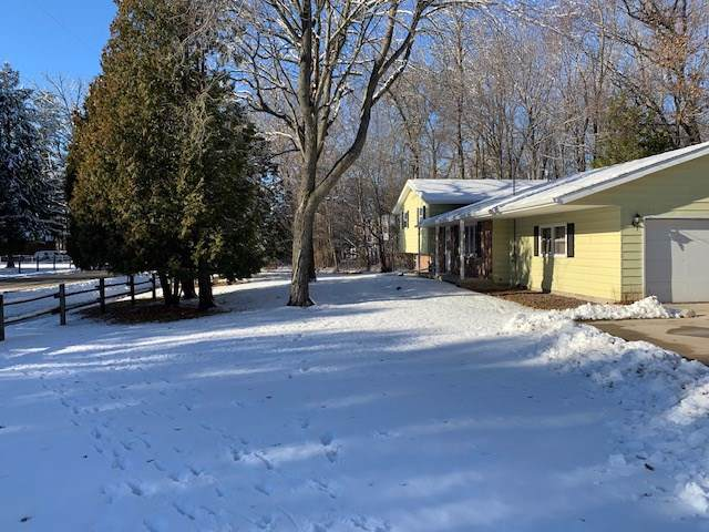 1040 Sunset Beach Road, Suamico, WI 54173 (#50214678) :: Dallaire Realty