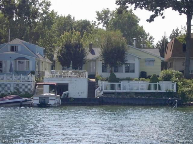 13247 Lake Shore Dr, Fenton, MI 48430 (MLS #2200013832) :: The John Wentworth Group
