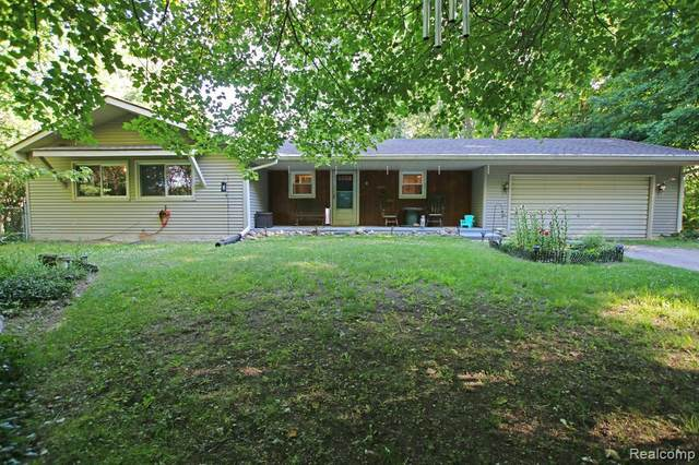 7490 Buckell Lake Rd, Holly, MI 48442 (MLS #2200049575) :: Scot Brothers Real Estate