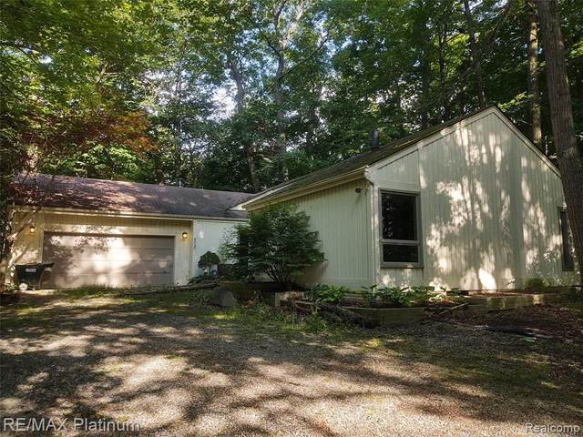 804 Pleasant Valley Rd, Milford, MI 48380 (MLS #2200053478) :: Scot Brothers Real Estate