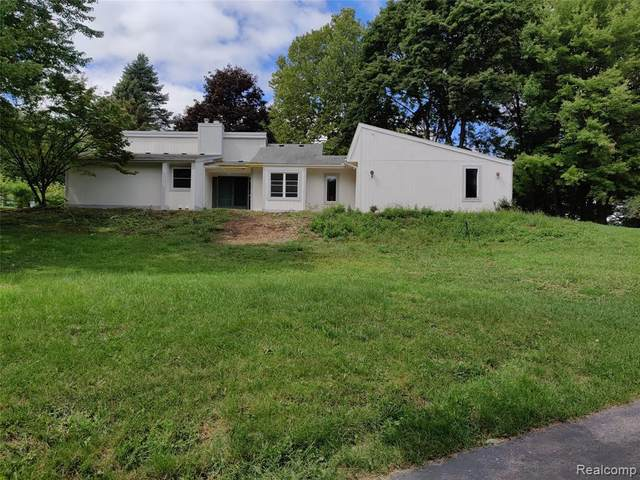 3169 N Tipsico Lake Rd, Hartland, MI 48353 (MLS #2200073464) :: Scot Brothers Real Estate
