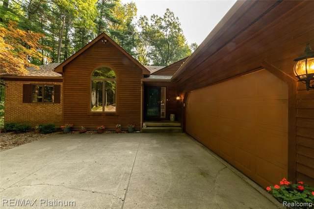 8250 Sheraton Park Dr, Fenton, MI 48430 (MLS #2200079889) :: Scot Brothers Real Estate