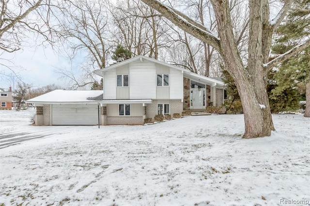 5356 Pocono Dr, West Bloomfield, MI 48323 (MLS #2210013198) :: The BRAND Real Estate