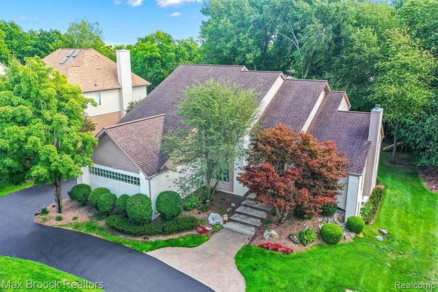 6923 Lakemont Cir, West Bloomfield, MI 48323 (MLS #2210013319) :: The BRAND Real Estate