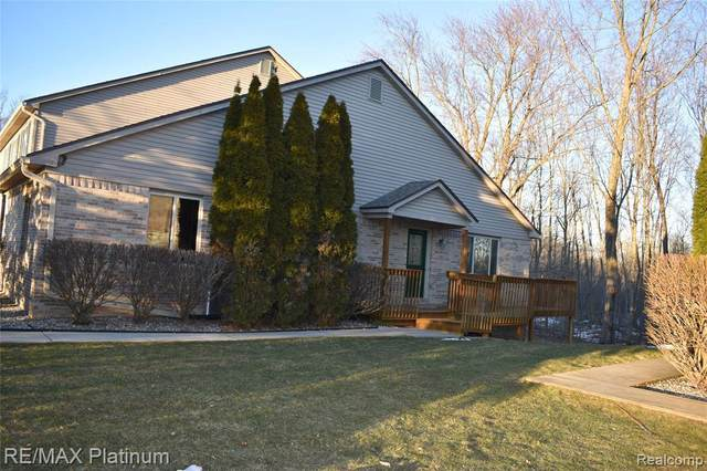 1071 Old Leake Crt, Holly, MI 48442 (MLS #2210014153) :: The BRAND Real Estate
