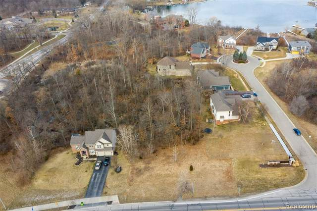1390 Oxbow Lake Rd, White Lake, MI 48386 (MLS #2210015780) :: The BRAND Real Estate