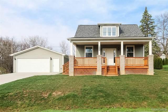 1080 Oregon Blvd, Waterford, MI 48327 (MLS #2210026394) :: The BRAND Real Estate