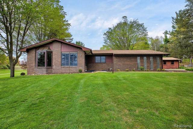 13489 Hyde Rd, Hartland, MI 48353 (MLS #2210032724) :: The BRAND Real Estate