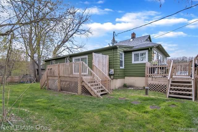 8995 Bishop Rd, Brighton, MI 48116 (MLS #2210034887) :: The BRAND Real Estate