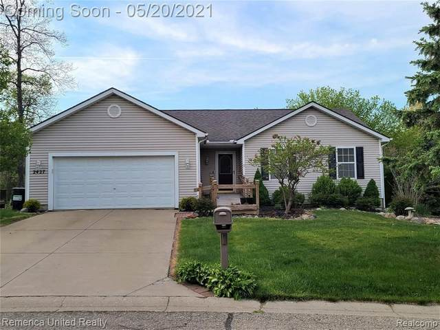 2427 Hickory Circle Dr, Howell, MI 48855 (MLS #2210036396) :: The BRAND Real Estate