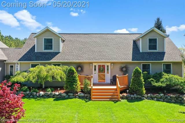 18489 Tipsico Lake Rd, Fenton, MI 48430 (MLS #2210035923) :: The BRAND Real Estate