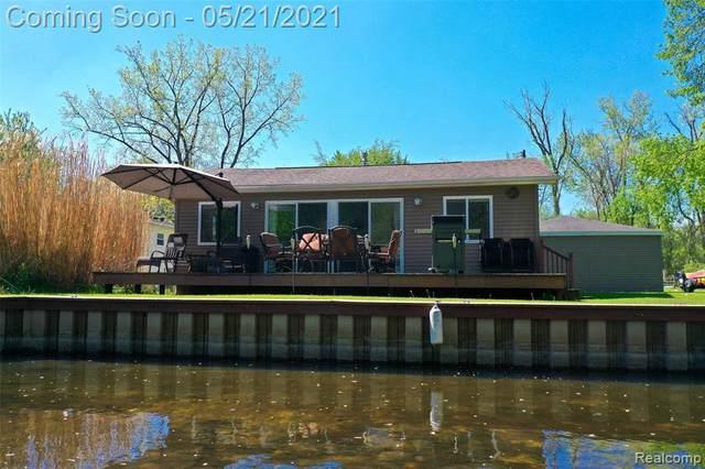 3028 Ponemah Dr, Fenton, MI 48430 (MLS #2210036712) :: The BRAND Real Estate