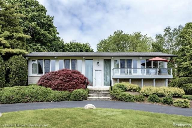329 Lake Shore Rd, Grosse Pointe Farms, MI 48236 (MLS #2210038910) :: Kelder Real Estate Group
