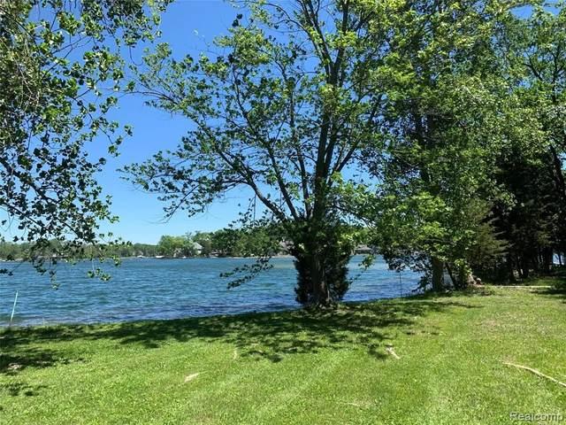 10390 Walnut Shores Dr, Fenton, MI 48430 (MLS #2210040454) :: The BRAND Real Estate