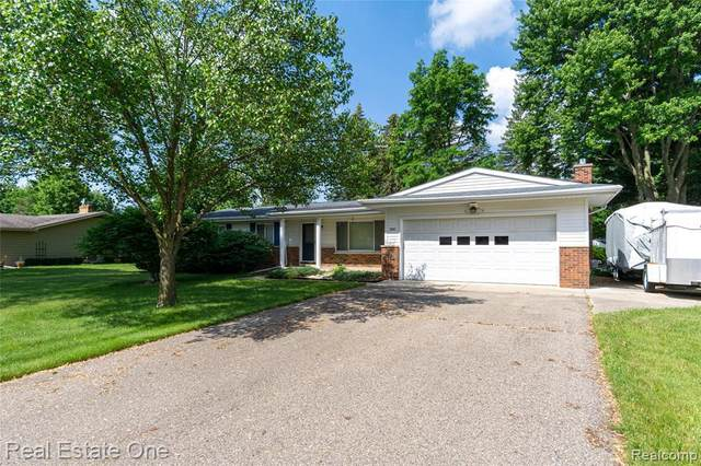 6484 Meadowwood, Grand Blanc, MI 48439 (MLS #2210043143) :: The BRAND Real Estate