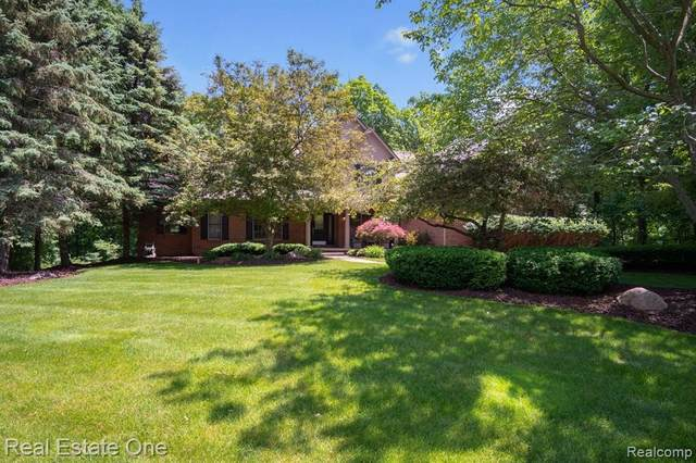 5305 Old Hickory Dr, Brighton, MI 48116 (MLS #2210041547) :: The BRAND Real Estate