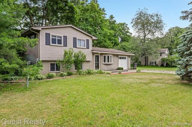 5401 Farm Rd, Waterford, MI 48327 (MLS #2210049381) :: Kelder Real Estate Group