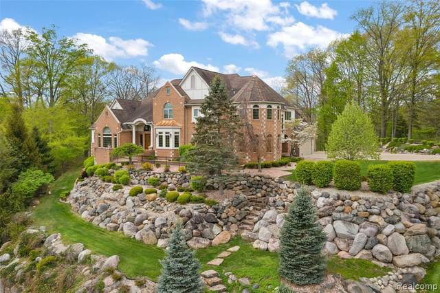 26363 Ballantrae Crt, Farmington Hills, MI 48331 (MLS #2210052341) :: Kelder Real Estate Group