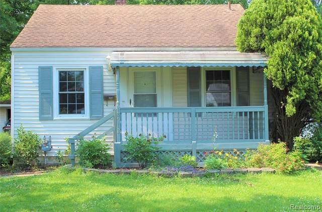 18912 Kenosha St, Harper Woods, MI 48225 (MLS #2210053947) :: Kelder Real Estate Group