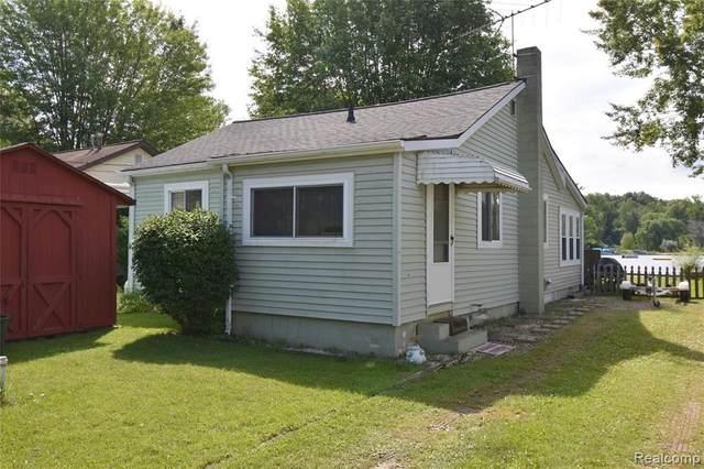 11853 Patterson Lake Dr, Pinckney, MI 48169 (MLS #2210053771) :: Kelder Real Estate Group