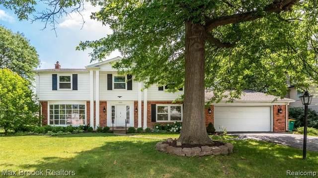 25358 Castlereigh Dr, Farmington Hills, MI 48336 (MLS #2210054764) :: Kelder Real Estate Group